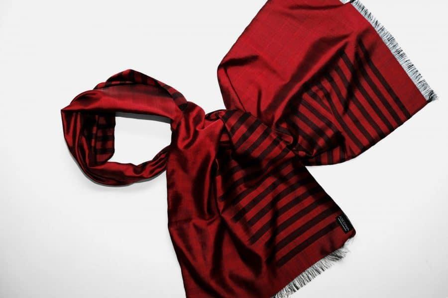 Handgefertigter Seidenschal Rot Natürliche Färbung