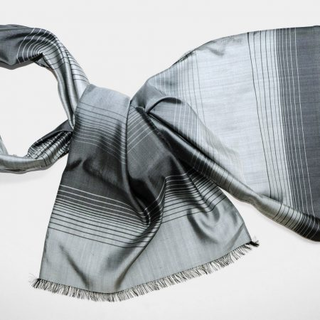 Handgefertigter Seidenschal Grau Stahl Natürliche Färbung