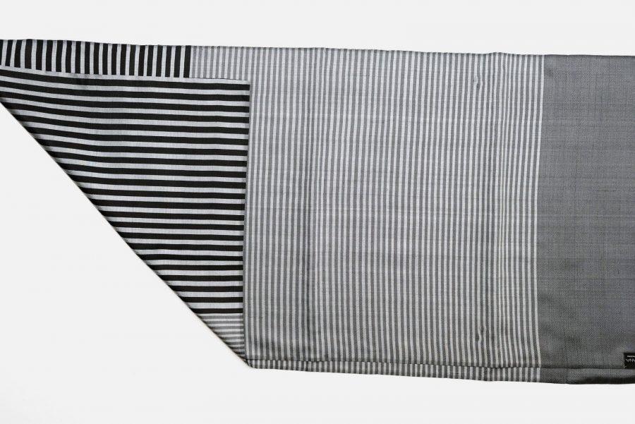 Handgefertigter Seidenschal Grau Schwarz Natürliche Färbung