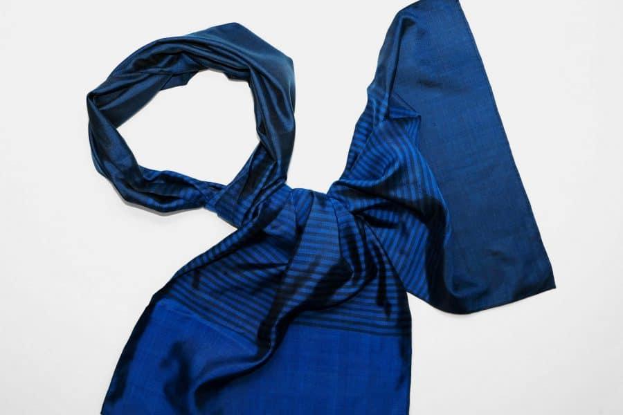 Handgefertigter Seidenschal Blau Dunkelblau Natürliche Färbung