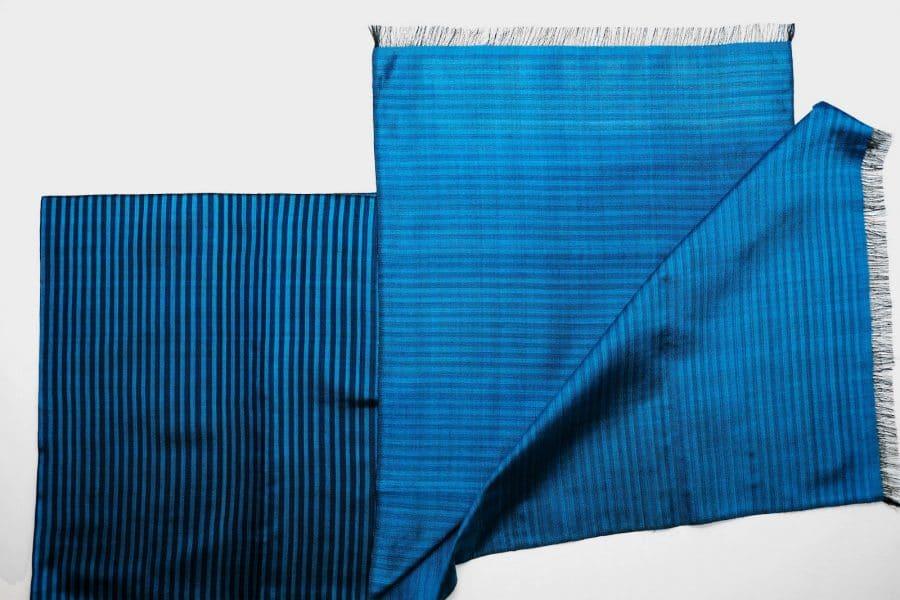 Handgefertigter Seidenschal Azurblau Natürliche Färbung